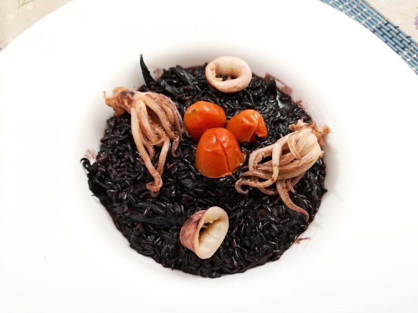 Risotto nero con totani e pomodorini
