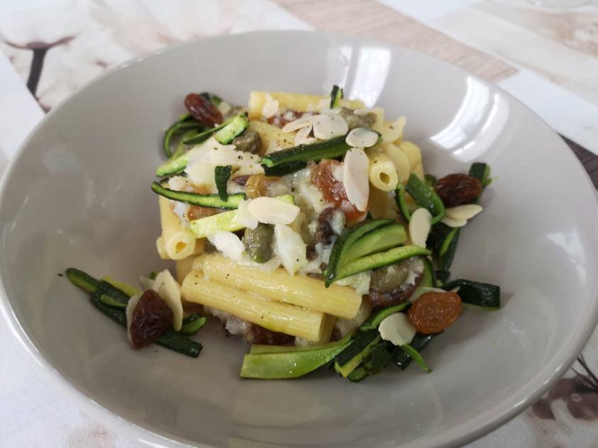 Pasta con zucchine e merluzzo saporito