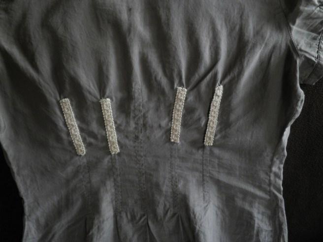particolare pences sul di dietro della camicia
