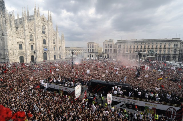 Milan celebrate Scudetto 18 in the Piazza del Duomo. | ALBERTO LINGRIA/AFP/Getty Images