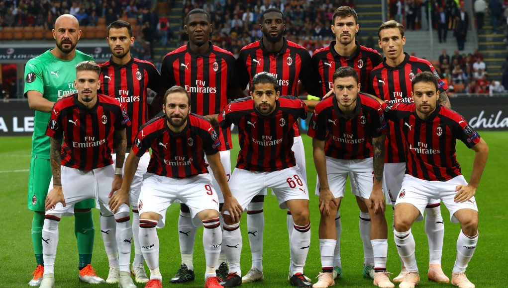 MILAN, ITALY - OCTOBER 04: AC Milan team line up before the UEFA Europa League Group F match between AC Milan and Olympiacos at Stadio Giuseppe Meazza on October 4, 2018 in Milan, Italy. (Photo by Marco Luzzani/Getty Images)