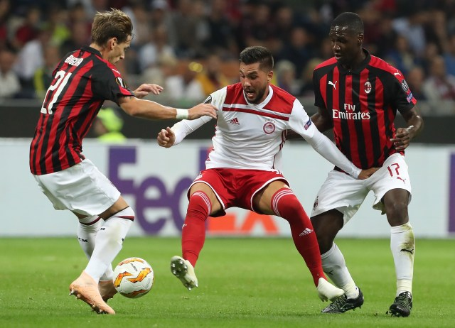 MILAN, ITALY - OCTOBER 04: Miguel Angel Guerrero (C) of Olympiacos FC competes for the ball with Cristian Zapata (R) and Lucas Biglia (L) of AC Milan during the UEFA Europa League Group F match between AC Milan and Olympiacos at Stadio Giuseppe Meazza on October 4, 2018 in Milan, Italy. (Photo by Marco Luzzani/Getty Images)
