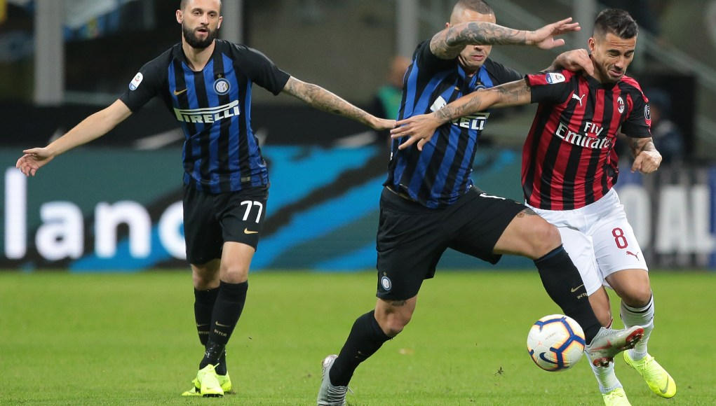 MILAN, ITALY - OCTOBER 21: Fernandez Suso (R) of AC Milan competes for the ball with Radja Nainggolan of FC Internazionale during the Serie A match between FC Internazionale and AC Milan at Stadio Giuseppe Meazza on October 21, 2018 in Milan, Italy. (Photo by Emilio Andreoli/Getty Images)