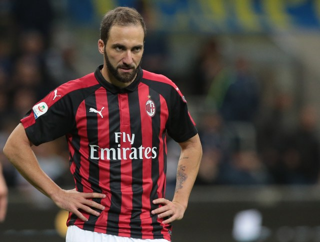 MILAN, ITALY - OCTOBER 21: Gonzalo Higuain of AC Milan shows his dejection during the Serie A match between FC Internazionale and AC Milan at Stadio Giuseppe Meazza on October 21, 2018 in Milan, Italy. (Photo by Emilio Andreoli/Getty Images)