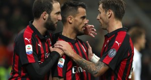 MILAN, ITALY - OCTOBER 28: Fernandez Suso (C) of AC Milan celebrates his goal with his team-mates Lucas Biglia (R) and Gonzalo Higuain (L) during the Serie A match between AC Milan and UC Sampdoria at Stadio Giuseppe Meazza on October 28, 2018 in Milan, Italy. (Photo by Marco Luzzani/Getty Images)