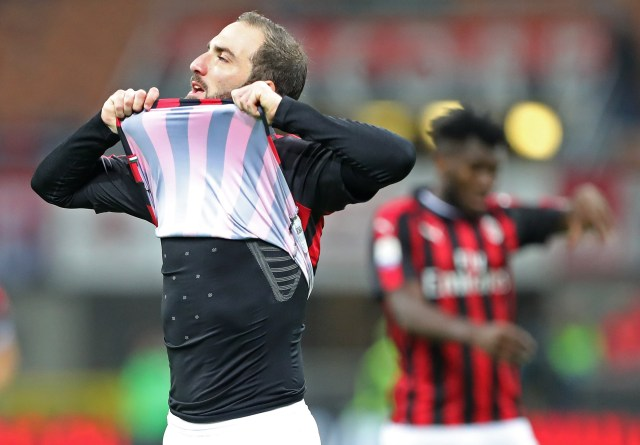MILAN, ITALY - OCTOBER 31: Gonzalo Higuain of AC Milan reacts after missing a chance of goal during the serie A match between AC Milan and Genoa CFC at Stadio Giuseppe Meazza on October 31, 2018 in Milan, Italy. (Photo by Marco Luzzani/Getty Images)