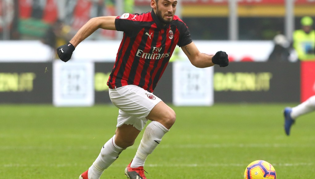 MILAN, ITALY - DECEMBER 02: Hakan Calhanoglu of AC Milan in action during the Serie A match between AC Milan and Parma Calcio at Stadio Giuseppe Meazza on December 2, 2018 in Milan, Italy. (Photo by Marco Luzzani/Getty Images)