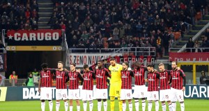MILAN, ITALY - DECEMBER 09: Players of AC Milan during the minute of silence in tribute to Gigi Radice before the Serie A match between AC Milan and Torino FC at Stadio Giuseppe Meazza on December 9, 2018 in Milan, Italy. (Photo by Marco Luzzani/Getty Images)