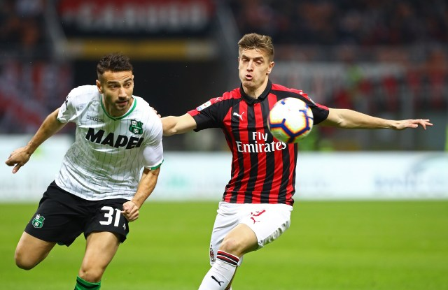 MILAN, ITALY - MARCH 02: Krzysztof Piatek (R) of AC Milan competes for the ball with Gian Marco Ferrari (L) of US Sassuolo during the Serie A match between AC Milan and US Sassuolo at Stadio Giuseppe Meazza on March 2, 2019 in Milan, Italy. (Photo by Marco Luzzani/Getty Images)