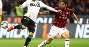 MILAN, ITALY - MARCH 02: Stefano Sensi of US Sassuolo is challenged by Ricardo Rodriguez of AC Milan during the Serie A match between AC Milan and US Sassuolo at Stadio Giuseppe Meazza on March 2, 2019 in Milan, Italy. (Photo by Marco Luzzani/Getty Images)