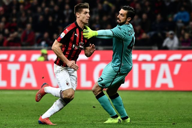 Sassuolo's Italian goalkeeper Andrea Consigli (R) pushes AC Milan's Polish forward Krzysztof Piatek (L) during the Italian Serie A football match between AC Milan and Sassuolo on March 2, 2019 at the San Siro stadium in Milan. (Photo by MARCO BERTORELLO / AFP) (Photo credit should read MARCO BERTORELLO/AFP/Getty Images)