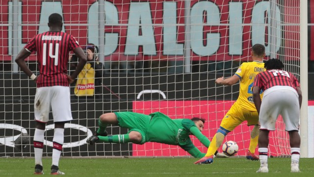 MILAN, ITALY - MAY 19:  Camillo Ciano of Frosinone Calcio misses a penalty kicks during the Serie A match between AC Milan and Frosinone Calcio at Stadio Giuseppe Meazza on May 19, 2019 in Milan, Italy.  (Photo by Emilio Andreoli/Getty Images)