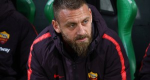 REGGIO NELL'EMILIA, ITALY - MAY 18: Daniele De Rossi of AS Roma looks on before the Serie A match between US Sassuolo and AS Roma at Mapei Stadium - Citta' del Tricolore on May 18, 2019 in Reggio nell'Emilia, Italy. (Photo by Marco Luzzani/Getty Images)