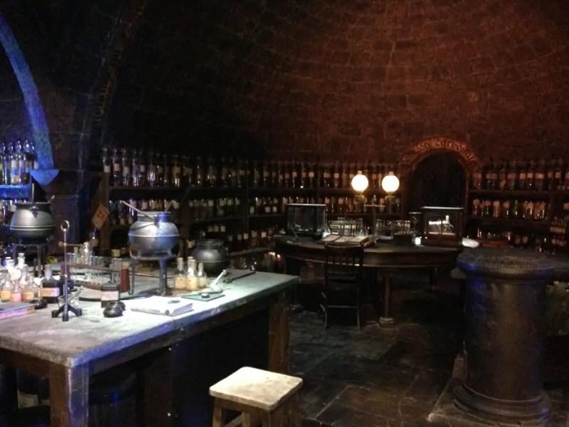 Il laboratorio di pozioni pieno di provette, alambicchi e ingredienti magici