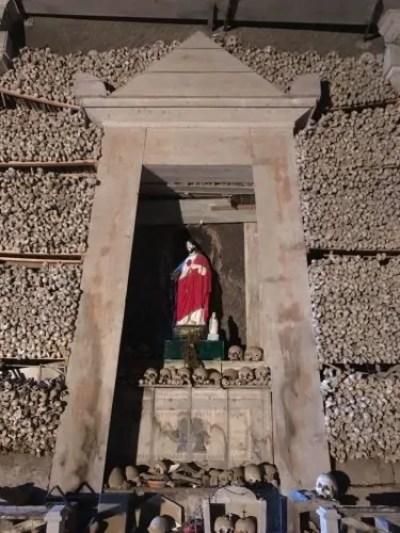 La statua di Cristo circondato dai teschi e dalle ossa dei defunti