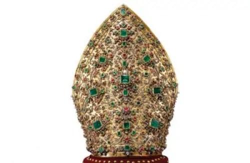 La Mitra composta da 3692 diamanti, rubini e pietre preziose omaggio del popolo Napoletano