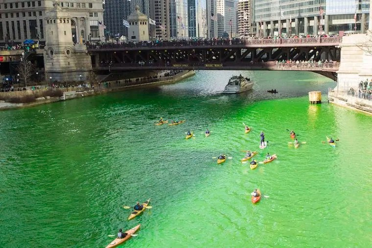 Le acque del Chicago River tinte di verde!