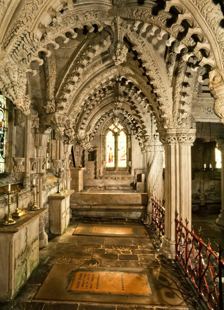 Interno con le tombe a Rosslyn Chapel