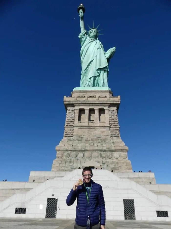 Carlo Masoero davanti alla Statua della Liberta con la medaglia