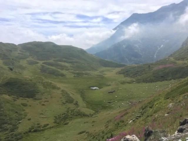 Montagne verdi con lago