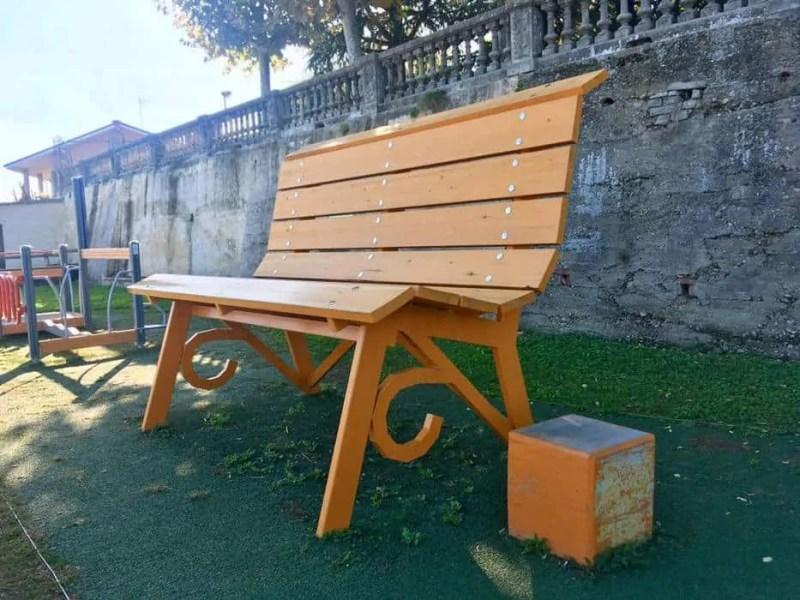 Panchina gigante arancione di Piozzo