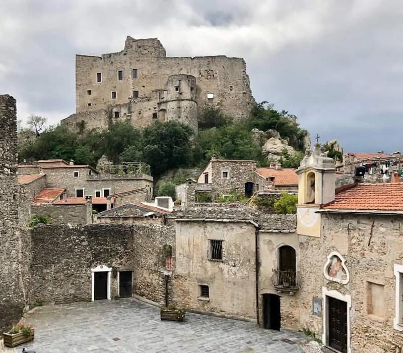 Castelvecchio di Rocca Barbena e la sua piazza