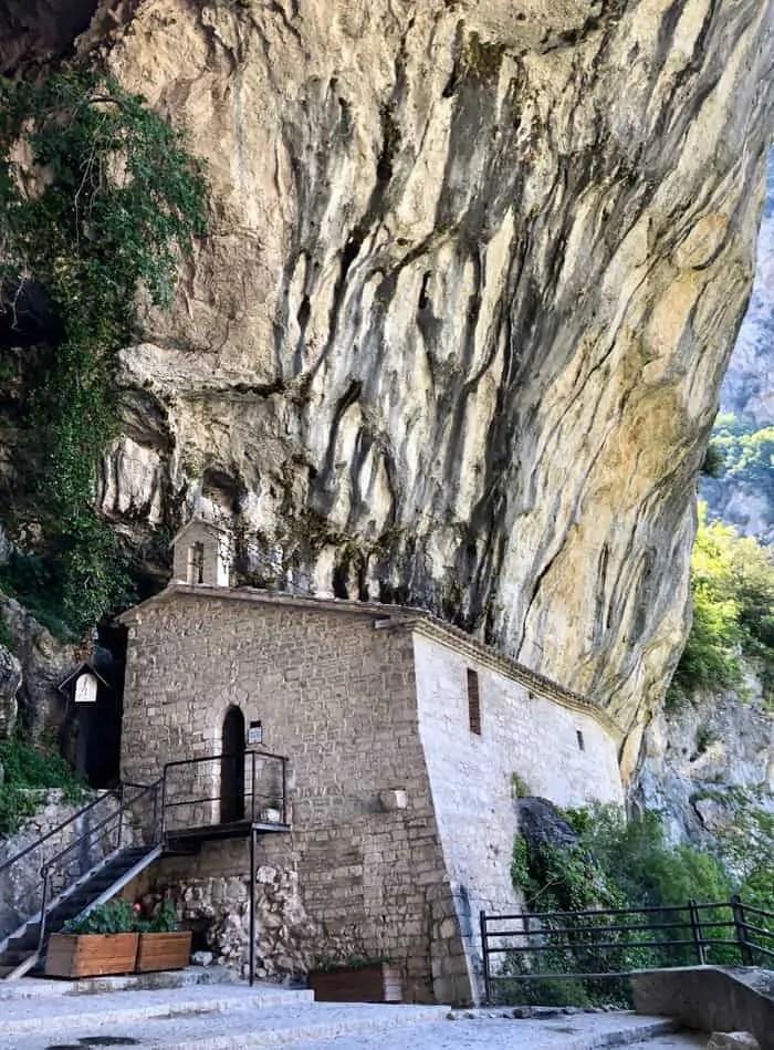 L'Eremo vicino al tempio di Valadier nelle Grotte Frasassi