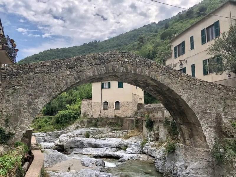 Zuccarello e il ponte in pietra sul Neva