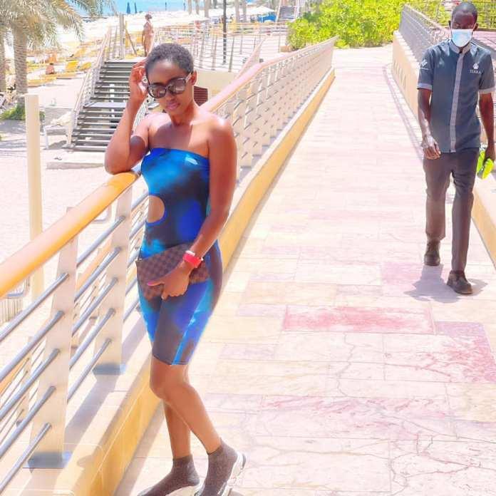 (05 Photos) - Légèrement vêtue, Queen Biz redessine les rues de Dubaï