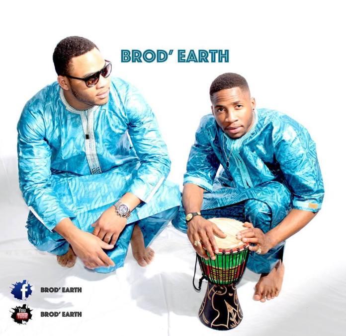 Brod'Earth - Un homme et une femme assis sur une table - T-shirt