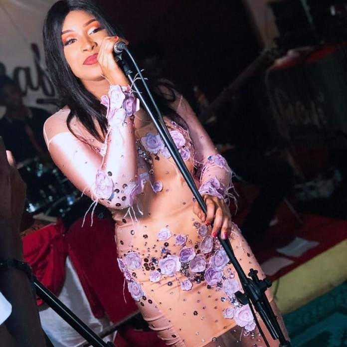 68751876 659067424503740 6078648539510996992 n - Teint clair, belle voix, admirez les 3 tenues étincelantes de Chadia