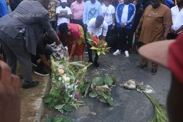 arafat 4 - Hommage à Dj Arafat : Sa mère dépose des gerbes de fleurs sur le lieu de...