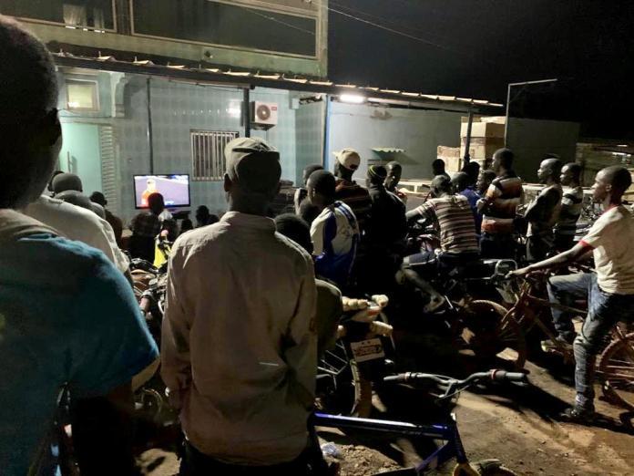 4 - Kédougou : Aly Ngouille Ndiaye suit Salzbourg/Liverpool dans la rue (photo)