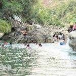 Pengunjung Bermain Berenang Sri Gethuk