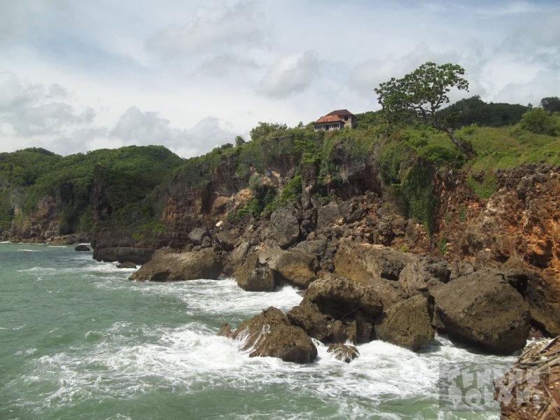 Tebing Pantai Laut Kesirat