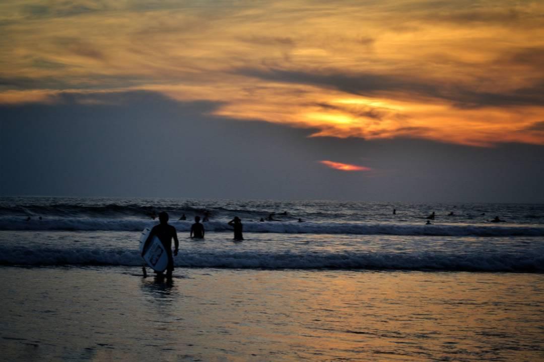 Wisata Pantai Kuta - Sunset - via IG @rossyvir