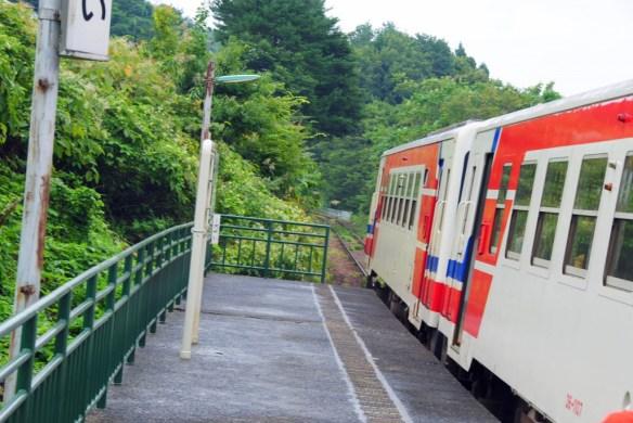 故郷編 袖ヶ浜駅 ヒビキ一郎が浴衣姿のユイちゃんを撮影していたところ