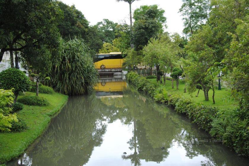 Ogród otaczający pałac Vimanmek w Bangkoku