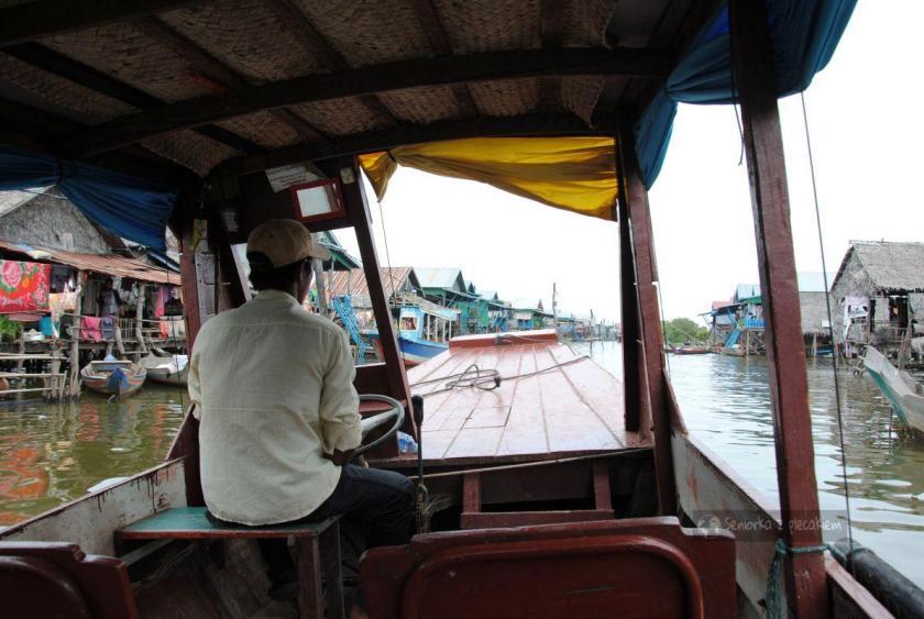 Wioska na palach na jeziorze Tonle Sap w Kambodży