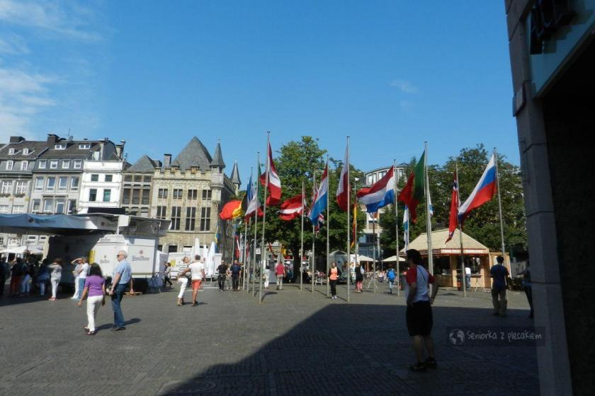 Plac przed ratuszem i flaga Polski w Aachen