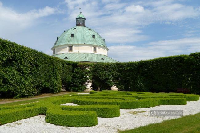 Rotunda w ogrodzie kwiatowym w Kromieryż
