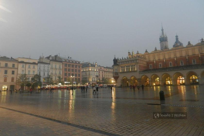 Rynek w Krakowie we mgle