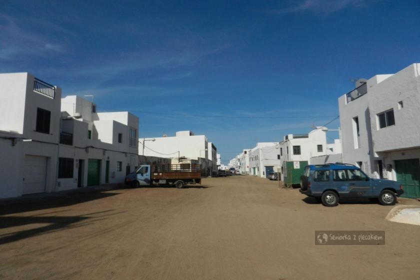 Ulica z ubitego piachu w Caleta de Famara