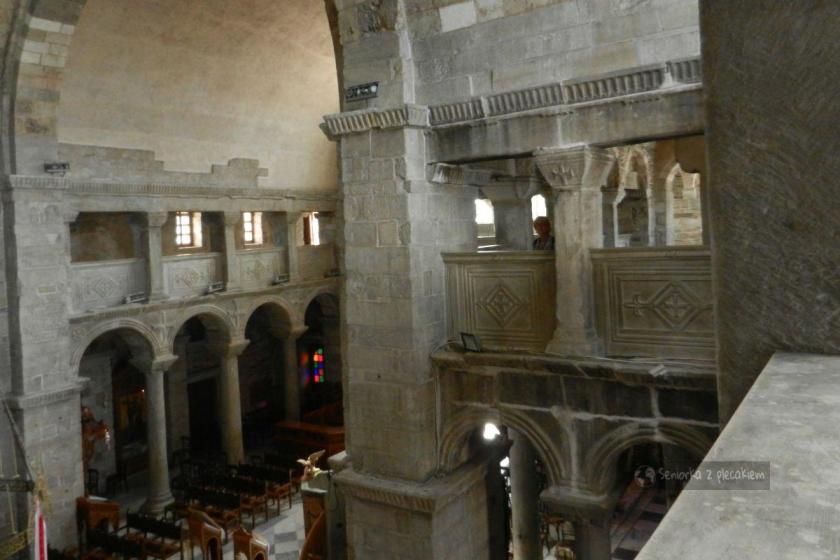 Widok z balkonów na wnętrze katedry w Parikia