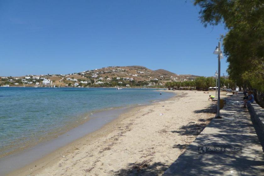 Plaża w pobliżu portu w Parikia na Paros