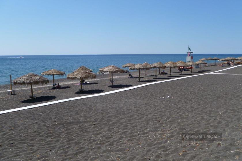 Czarna plaża w miejscowości na Santorini