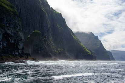 Branta klippor mot havet BIld av lubker från Pixabay