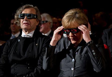 Wim Wenders und Bundeskanzlerin Angela Merkel bei der 'Pina'-Premiere ©Berlinale 2011