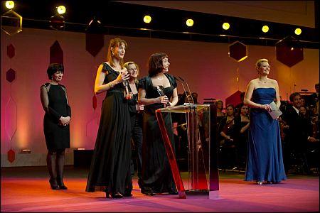 Bundesrätin Doris Leuthard mit den Preisträgerinnen und Moderatorin Susanne Kunz