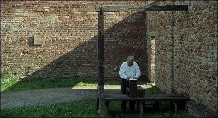 Claude Lanzmann unter dem Galgen in Theresienstadt